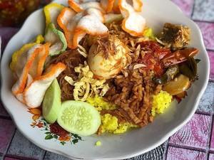 Suka yang Mana? Tiap Daerah Punya Racikan Nasi Kuning Berbeda, Lho!
