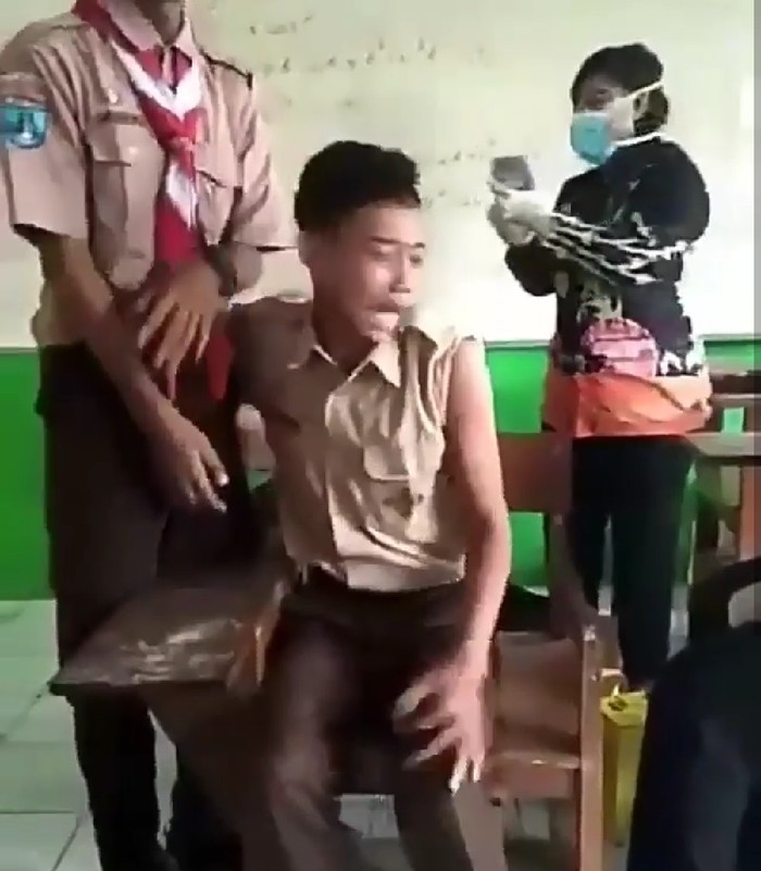 Seorang siswa yang tidak diketahui asal sekolahnya ini terlihat takut untuk disuntik saat imunisasi. Foto: Instagram