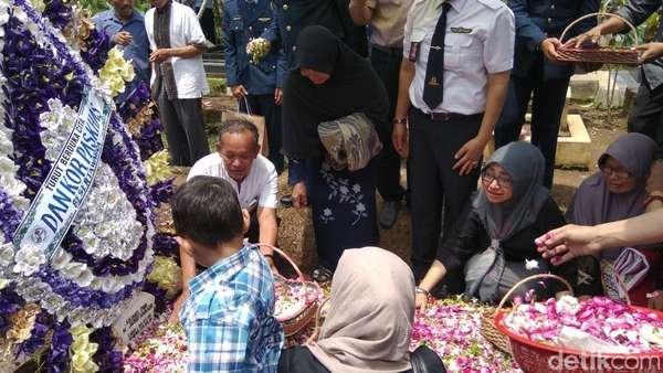 Tangis Pilu Ibunda dan Istri Iringi Pemakaman Pilot Hanafie