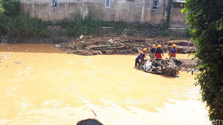 Penampakan Bangkai Mobil Hanyut Terseret Banjir Bandang Bandung