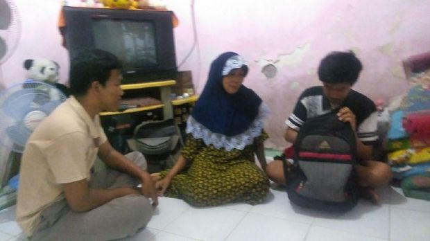 Dhimas bersama ibu dan adiknya