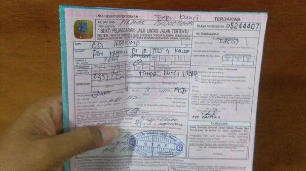 Surat tilang pemilik motor kayu. (Foto: Ainur Rofiq)