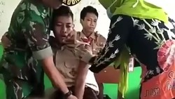 Beredar lagi video siswa yang takut untuk disuntik. Didampingi teman hingga dijagal anggota militer membuat tingkahnya kocak sekali.