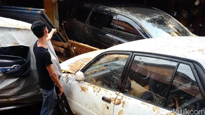 Mobil terseret banjir bandang di Cicaheum. Foto: Mochamad Solehudin