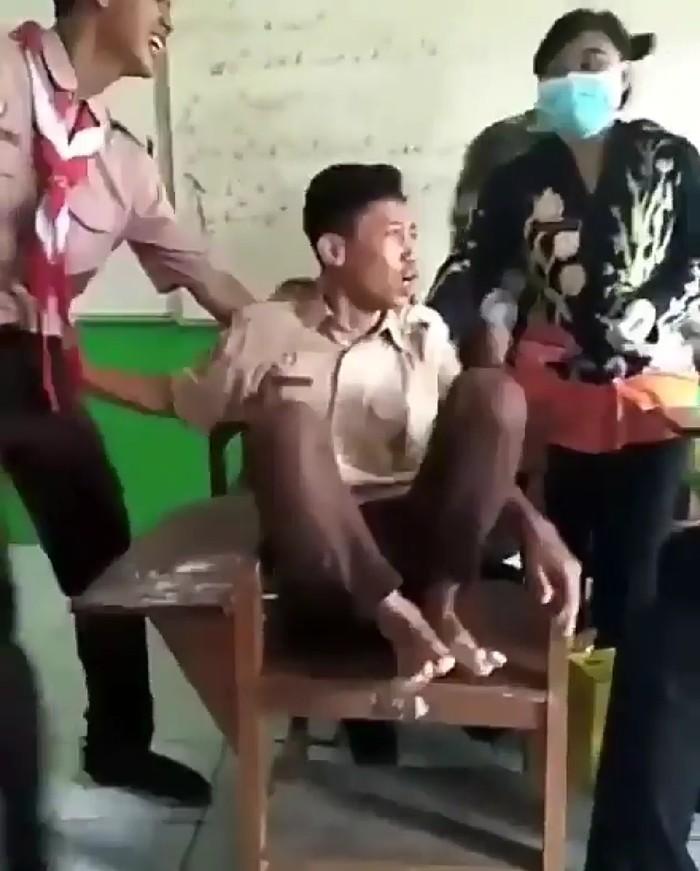 Mulai dari meronta-ronta hingga kaki dinaikkan ke kursi. Foto: Instagram