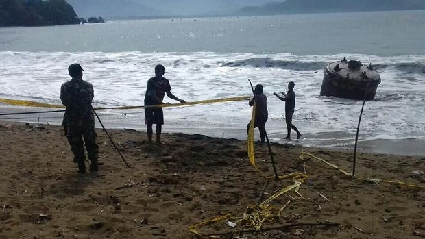 Buoy ini terdampar di pantai di Trenggalek