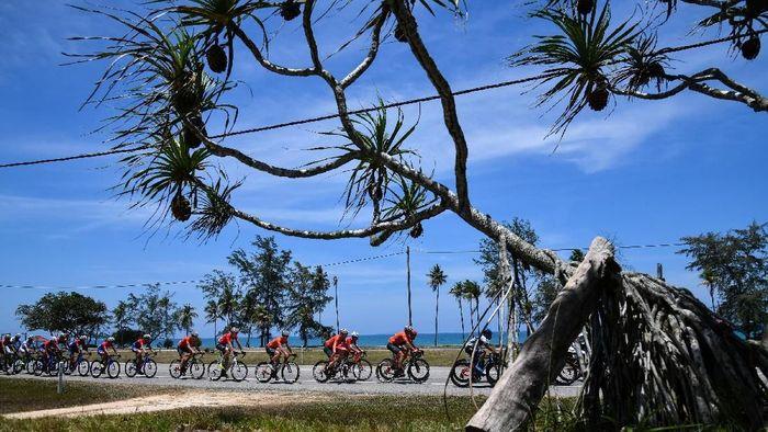 Para pebalap Tour de Langkawi 2018 sudahmemulai balapan sejak 22 Maret. Etape pertama dimulai dari Kangar ke Kulim dengan jarak tempuh 147,9 km. (Robertus Pudyanto/Getty Images)