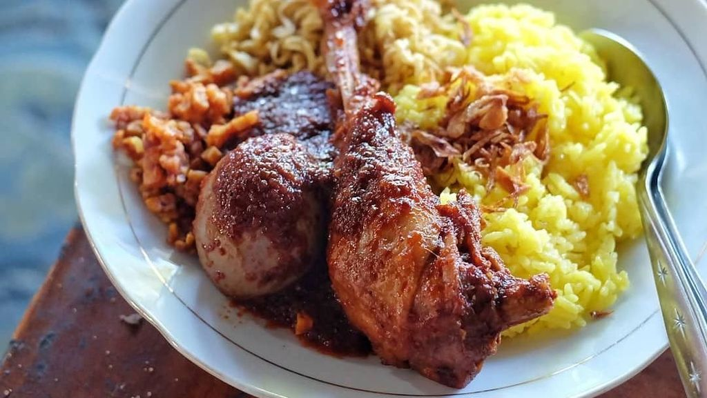 Sedap! Makan Siang dengan 10 Nasi Kuning Berlauk Komplet dari Netizen