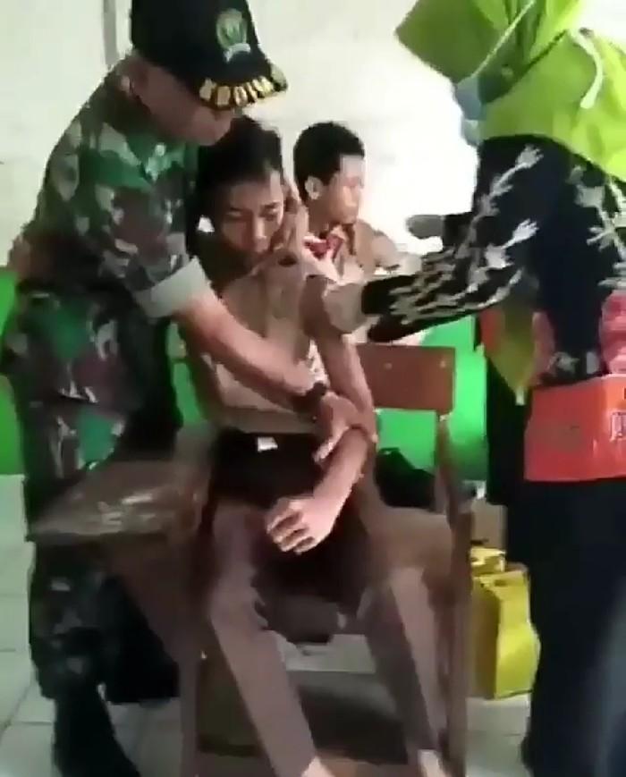 Akhirnya, seorang anggota militer menjagalnya. Foto: Instagram