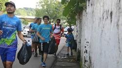 Beberapa komunitas di Indonesia melaksanakan plogging setelah terinspirasi tren yang mengglobal itu. Simak serunya lari sambil pungut sampah ramai-ramai.