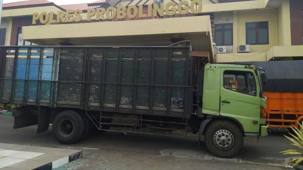 Truk Fuso yang dirampok komplotan bajing loncat di jalur Pantura Probolinggo. (Foto: M Rofiq)