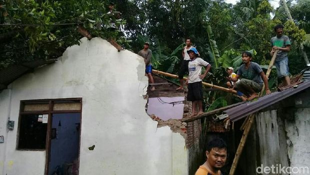 Salah satu pohon tumbang di Kebumen menimpa rumah warga.