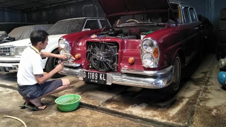 Tanpa asisten Helmie merawat 30 mobil di garasinya (Foto: Ruly Kurniawan)