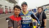 Menurut Mugi, pihak Suomy Eropa sudah punya satu orang teknisi helm. Namun, teknisi Suomy itu keteteran memegang helm Suomy dan KYT yang dipakai pebalap Moto3, Moto2, hingga MotoGP sendirian.Foto: Facebook/Nathania Mugiyono