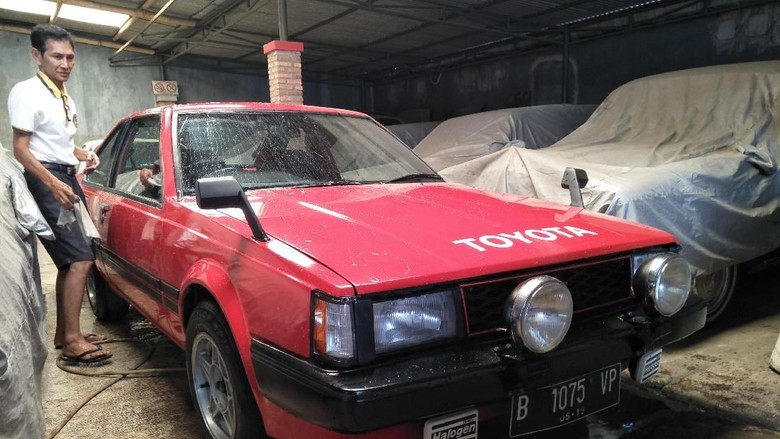 Helmie dan mobil Toyota di Kedai Built Up (Foto: Ruly Kurniawan)