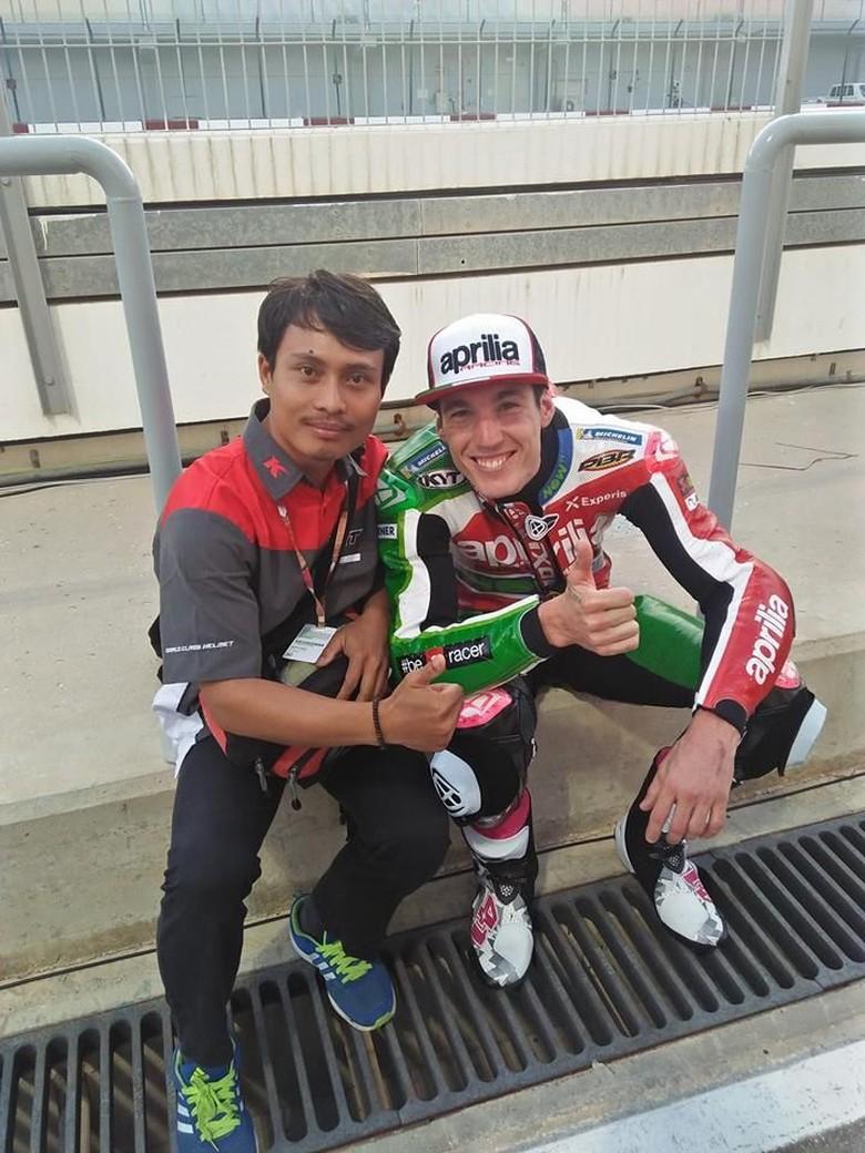 Mugi dan Aleix Espargaro yang menggunakan helm KYT di MotoGP. Foto: Facebook/Nathania Mugiyono