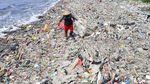 Mencari Harta Karun di Lautan Sampah Pantai Cilincing