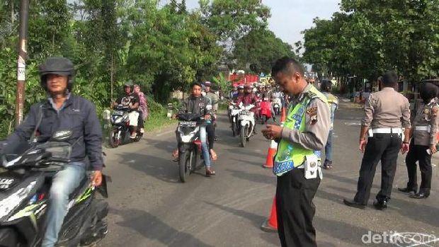 Lokasi kecelakaan di Brebes saat olah TKP, Rabu (21/3).