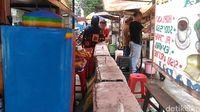 PKL di Depan Wisma BNI 46 Sulap Pembatas Jalan Jadi Meja Makan