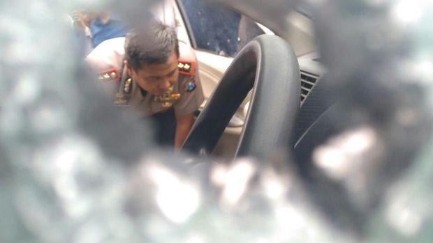 Kapolres Probolinggo memperlihatkan bodi mobil pelaku perampokan truk bermuatan bawang putih yang diberondong peluru polisi. (Foto: M Rofiq)