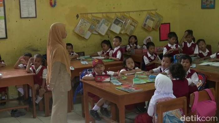Salah seorang guru honorer sedang mengajar di Kabupaten Tegal, Kamis (22/3/2018).