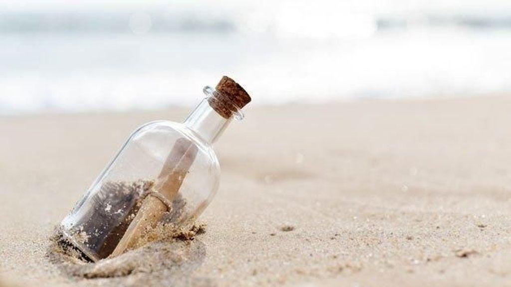 Lagi Bersihkan Pantai, Wanita Ini Temukan Surat Cinta dalam Botol