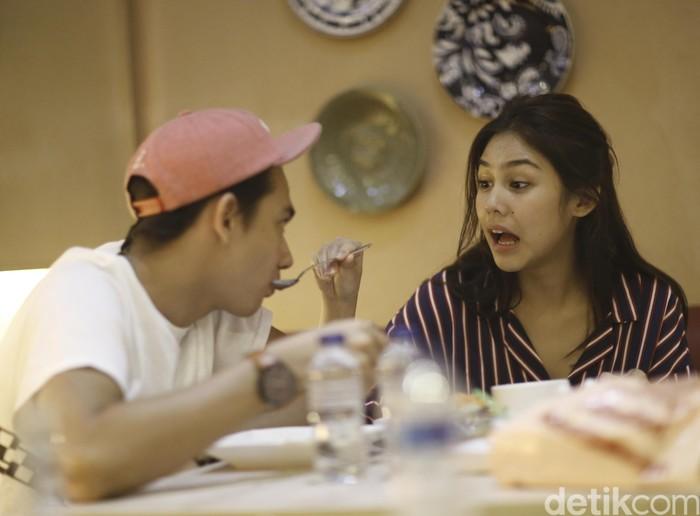 Duh, so sweet! Makan bareng Vanesha Prescilla, Adipati Dolken terlihat disuapi oleh lawan mainnya di film Teman Tapi Menikah itu. Makan apa, sih? Foto: Hanif/detikHOT