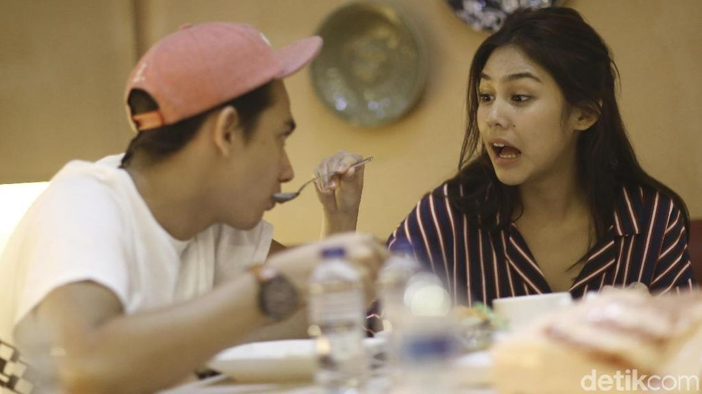 Begini Kemesraan Adipati Dolken dan Vanesha Prescilla Saat Makan Bareng!