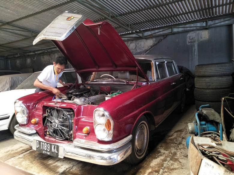 Helmie Sarosa dan mobil klasiknya di Kedai Built Up. Foto: Ruly Kurniawan