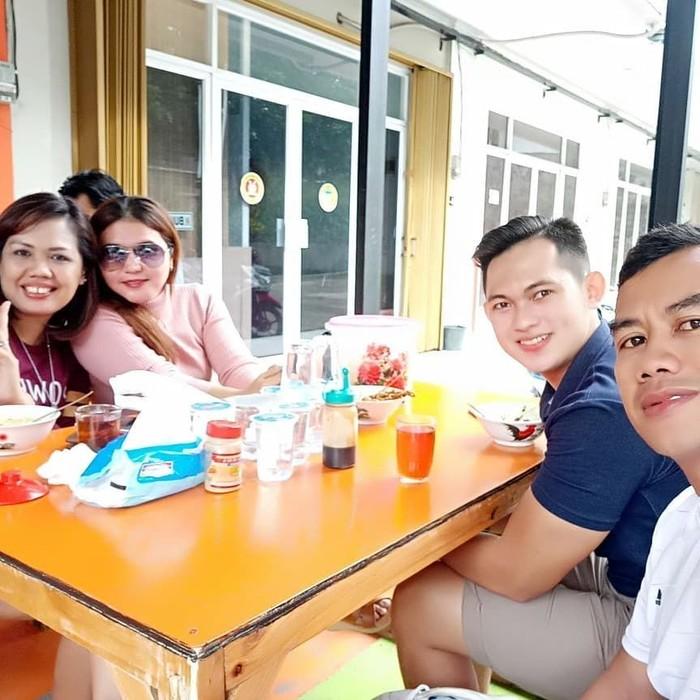 Bersama tiga temannya, Ely baru saja menikmati semangkuk bubur ayam sebagai menu sarapannya. Sarapan tadi pagi-pagi cukup makan bubur, tulis Ely pada captions fotonya. Foto: instagram @elysugigi_real