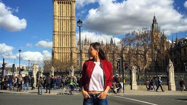 Foto: Berpose di depan Big Ben London yang ikonik (gulseamine/Instagram)