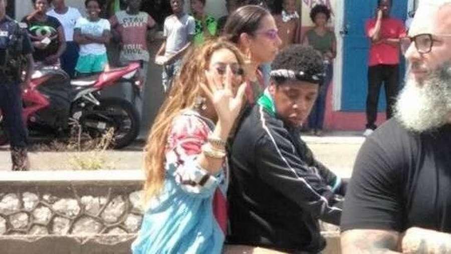 Seperti Dilan, Jay Z dan Beyonce Mesra Boncengan Naik Motor Klasik