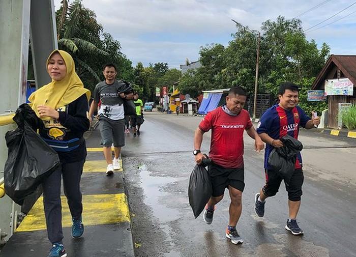 Akhir pekan lalu, beberapa komunitas di Indonesia serempak mengadakan kegiatan plogging, beramai-ramai olahraga lari sambil memungut sampah di jalur yang dilewati. (Foto: Instagram/marosrunners)