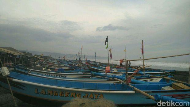 Kapal-kapal Jungkung disandarkan di Pantai Depok Bantul,