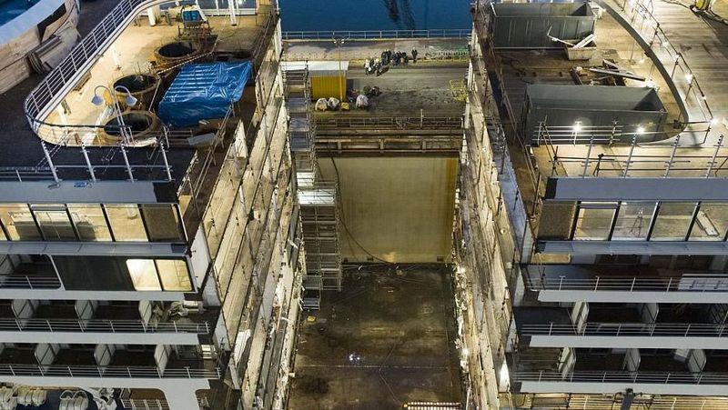 Foto: Penampakan kapal yang dibelah dari bagian atas sampai bawah. Rongga kosong di tengah itulah yang nantinya diisi oleh bagian kapal yang baru (Silversea)