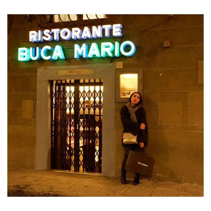 Kalau ini pose Dewi di depang Ristorante Buca Mario. Ia dan Armand rela antre setengah jam untuk mencicip sajian di sini. Foto: Instagram dewigita01