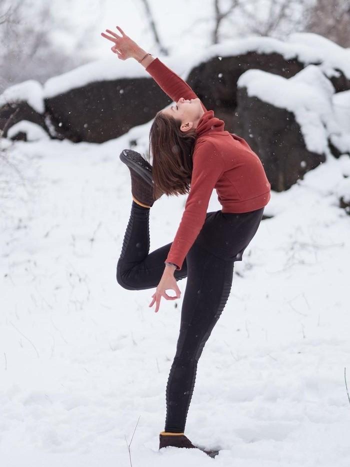 Ada kepercayaan bahwa olahraga di musim dingin bisa lebih bermanfaat. Ini karena suhu yang dingin disebut dapat membuat tubuh membakar kalori ekstra untuk menjaga badan tetap hangat. (Foto: Instagram/adellbridges)