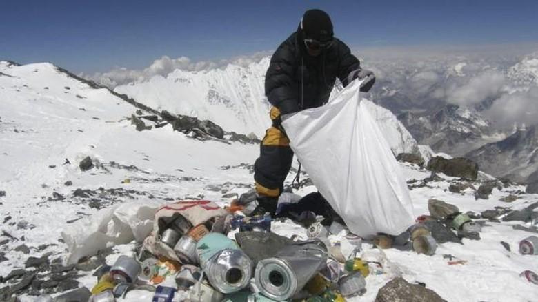 Memungut sampah di jalur pendakian Puncak Everest (BBC)
