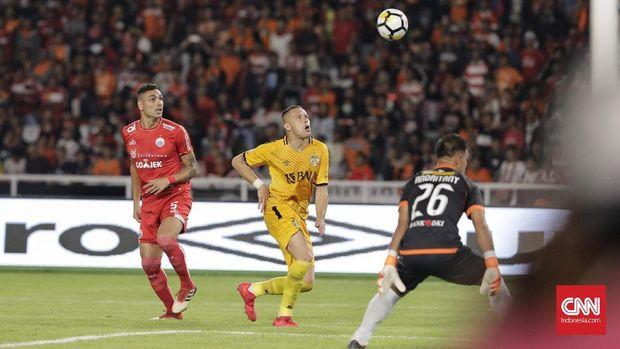 Penyerang Bhayangkara, Nikola Komazec, gagal mencetak gol memanfaatkan umpan tarik
