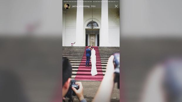 Petra Sihombing dan Firrina Sinatrya berpose jelang pernikahan mereka.