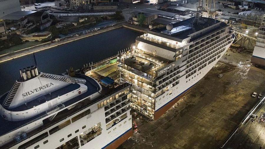 Foto: Baru-baru ini kapal cruise Silver Spirit baru saja dibedah di Palermo, Italia. Di sini, kapal tersebut dibelah jadi dua untuk ditingkatkan kapasitas penumpangnya (Silversea)