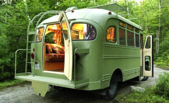 Arsitek dari Winkelman Architecture mengubah bus Chevrolet Viking 1959 tak terpakai menjadi sebuah tempat tinggal yang cozy. Istimewa/Inhabitat.