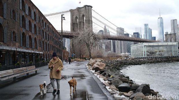 Jembatan Brooklyn, adalah jembatan paling ikonik di kota New York, AS. Jembatan tersebut menjadi salah satu tujuan turis dan lokasi pembuatan film.