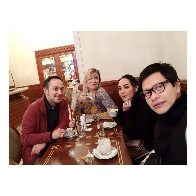 Liburan ke Italia, Dewi dan Armand Maulana sempatkan ngopi. Setelah jeprat jepret, ngopi dulu ngilangin dingin ini critanyaaa..., tulis ibu satu anak ini. Foto: Instagram dewigita01