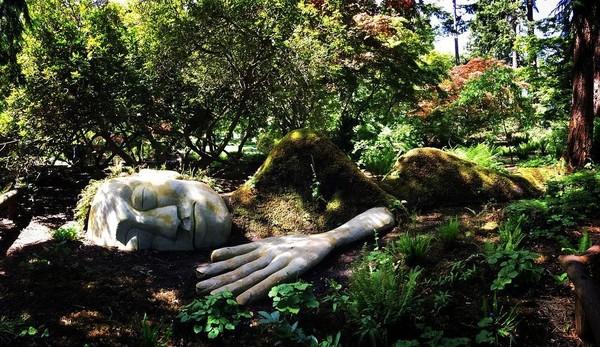 Patung wanita tertidur ini bisa traveler lihat di Beacon Hill Park di Victoria, Kanada. (junebug_/Instagram)