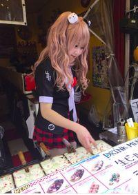 penjual-takoyaki-cantik-ini-pakai-kostum-cosplay-dan-bikin-pelanggan-gagal-fokus