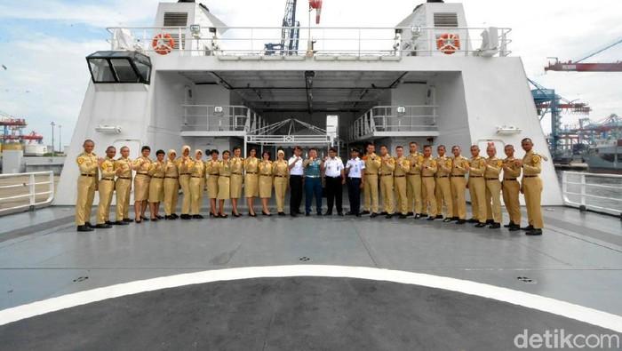 Para siswa Sekolah Tinggi Ilmu Pelayaran (STIP) berkunjung dan melihat langsung KN Tanjung Datu Bakamla RI, yang bersandar di Pelabuhan JICT, Tanjung Priok, Jakarta.