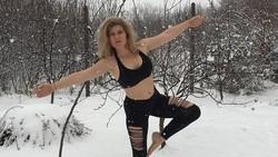 Kalau suhu dingin biasanya membuat jadi malas bergerak, tidak demikian untuk beberapa orang ini. Mereka tetap berolahraga bahkan dengan pakaian minim.