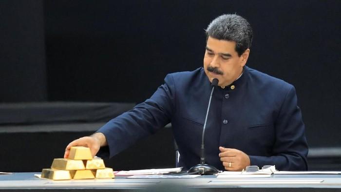 Krisis ekonomi di Venezuela tak kunjung usai. Saat memimpin rapat dengan para menteri sektor ekonomi, Presiden Venezuela Nicolas Maduro pamer emas batangan.