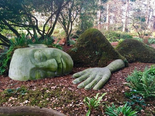 Patung ini bernama The Moss Lady. Patung ini terinspirasi dari The Mud Maid yang berada di Lost Gardens of Heligan di Cornwall, Inggris. (the.skygypsy/Instagram)